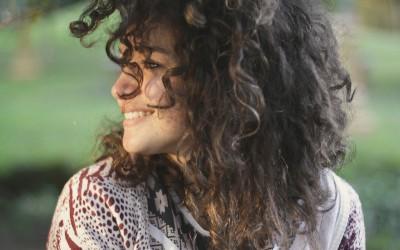 Naturkrause Haare bändigen: Die perfekte Pflege